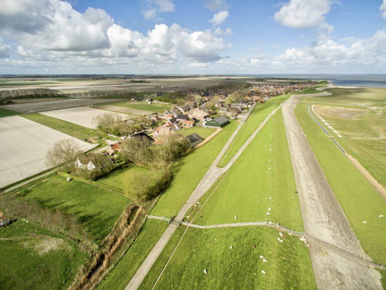 Dronefoto waddenzeedijk B&B Lauwersstate